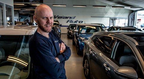 Forhandler av nyere bruktbiler, Trond Veland  oppdaget at  Kia-nøkkelen kunne anskaffes mye, mye billigere på svensk side.