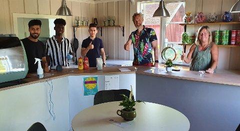 Amir, Ismail, Anas, Steinar Dahlen og Wenche Lenbourn bak disken hos Sletta kafé som har totalrenovert.