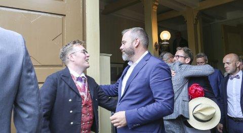LEI SEG: Bård Nylind (t.v) fra det første homobryllupet i Gjerstad i fjor.Foto: Arkiv
