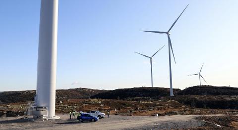 MONTERING: Det er arbeid med montering av turbiner som pågår i Tonstad Vindpark i vinter.