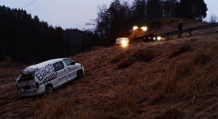 Denne firmabilen havnet utfor veien på Hellestøl i Gyland torsdag morgen. Foto: Andreas Hogstad