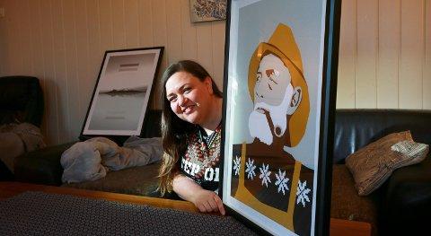 Stolt: Bildene til Tine Hole og samboer Arne Morten Einvik har gått unna. Her viser hun stolt fram sin versjon av maleriet «Fiskeren».  Alle foto: Tom Melby Tom Melby