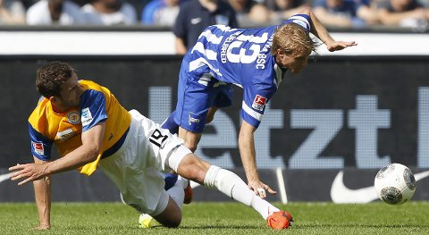 Eintracht Braunschweig's Ken Reichel (L) tackles Hertha Berlin's Per Skjelbred during their German first division Bundesliga soccer match in Berlin April 26, 2014.   REUTERS/Tobias Schwarz (GERMANY - Tags: SPORT SOCCER) DFL RULES TO LIMIT THE ONLINE USAGE DURING MATCH TIME TO 15 PICTURES PER GAME. IMAGE SEQUENCES TO SIMULATE VIDEO IS NOT ALLOWED AT ANY TIME. FOR FURTHER QUERIES PLEASE CONTACT DFL DIRECTLY AT + 49 69 650050