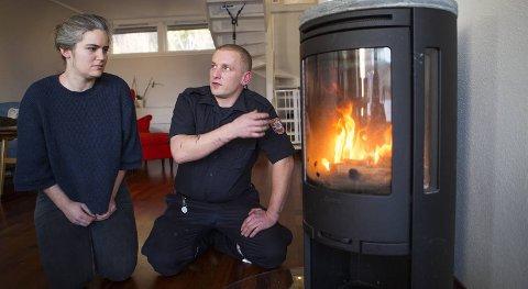 Silje Østerbø fra Naturvernforbundet Hordaland og feier Yngve Eriksen fra Bergen brannvesen viser hvordan man fyrer riktig i ovnen, og forteller hvorfor det er viktig.