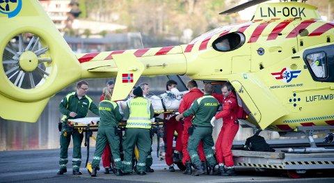 Legene ved Luftambulansen i Bergen er kritisk til den nye ordningen som gjør at de må transportere pasienter mellom Flesland og sykehuset mens de har beredskapsvakt på helikopterbasen. – Vi er kritisk til at legene blir tatt av vakt i flere timer for å følge pasienter. Det går utover pasienter som trenger akutt hjelp, sier tillitsvalgt Thomas Dolven.   ARKIVFOTO: SKJALG EKELAND