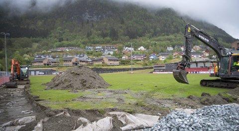 Gravemaskinene inntok Arna Idrettspark i går morges. Dermed fjernes siste rest av naturgress fra Arna idrettspark.