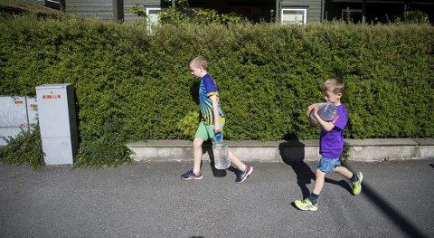 Over 10.000 innbyggere på Askøy ble berørt av vannkrisen tidligere i sommer. I seks uker måtte askøyværingene enten koke vannet, hente vann fra vannstasjoner eller kjøpe drikkevann. Flere innbyggere har lurt på om de får penger igjen for flaskevann kjøpt på butikken. Det får du ikke. FOTO: ARKIV