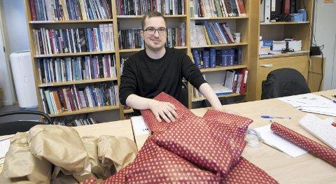 FRIVILLIG: Stian Juhani (30) er kåret til årets frivillige. han startet på Robin Hood-huset for et år siden og har gjort en stor innsats i året som har gått. Her pakker han julegaver til andre frivillige. I går fikk Stian ros fra Erna Solberg og kronprins Haakon. SKJALG EKELAND