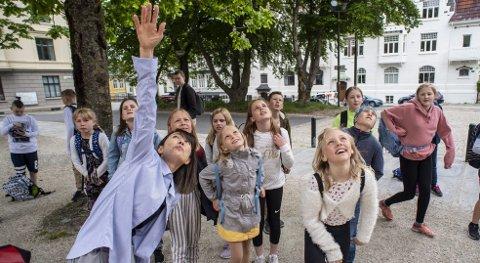 5. klasse fra Tertnes skole fikk høre urpremieren på verket sitt «Vårhopp» fremført fra klokkespillet i Johanneskirken. Foto: Eirik Hagesæter