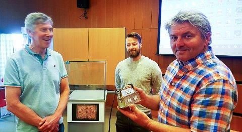 HISTORISK SKRIN: Knut Kvale (t.h.), Morten Lauvbu (t.v.) og Steffen Hansen under overrekkelsen av det historisk viktige Hokksund-skrinet fra 700-tallet som det nå er laget en fullskala modell av, og som blir en del av en historisk utstilling i 2022/23