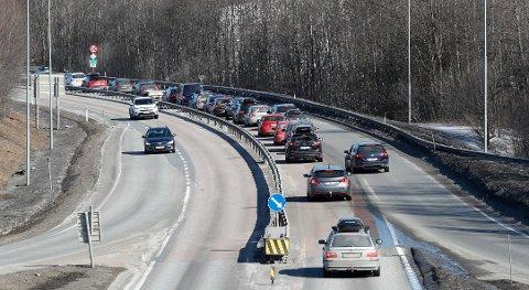 LITE AV DETTE: Bilkø mellom Hokksund og Vestfossen på E 134 i retning Drammen og Oslo tidlig på ettermiddagen første påskedag.