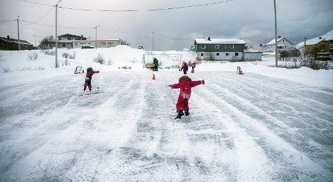 Skøytebanen er et populært innslag i Kjøllefjord, og nå har man også investert stort i utstyr. Nå håper ildsjelene bak at det skal bli en real hockey kamp også i løpet av vinteren.
