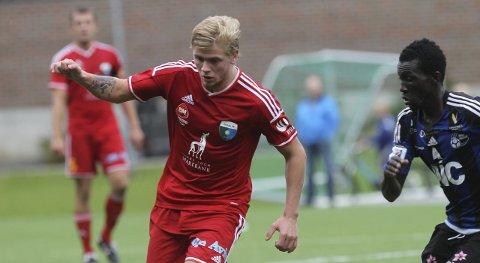 BEST: Midtbanespelaren Truls Hovland i duell med Florø-spelaren Kaddu Aton.