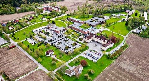 Veum park: Det tidligere sykehuset kan bli flyktningemottak i løpet av kort tid. – Tidlig neste uke vet vi om vi skal ta imot flyktninger her, sier Siri Legernes, daglig leder i Veum Park. Foto: Veum Park