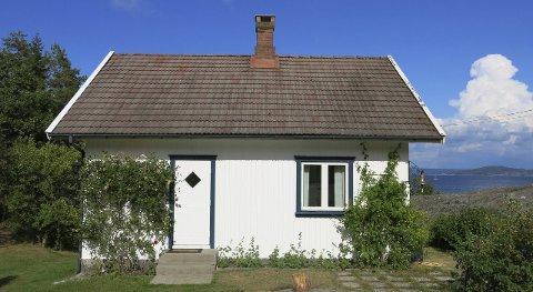 Dårlig egnet: Fylkesmannen er enig i at dette huset tett ved sjøen ikke er egnet til helårsbruk. Foto:privat