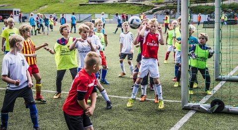 TETT KAMP: Det er kamp om lærkula på hver corner under ferieaktivitet på Kråkerøy. ALLE FOTO: GEIR A. CARLSSON
