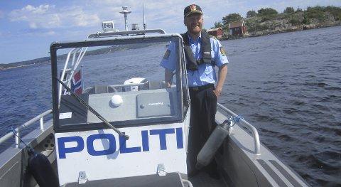 PÅ BÅTEN: Ivar Prestbakken håper mange kommer til Trosvikstranda når Øst politidistrikt arrangerer Politiets dag der på lørdag.