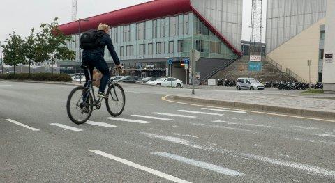Noen har malt opp et kunstig overgangsfelt mellom Fredrikstad Stadion og Helsehuset på Kråkerøy