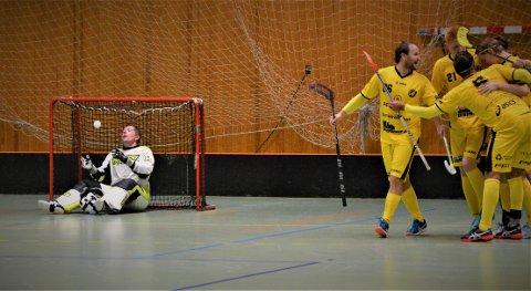 FORTVILER: Slevik-keeper Anders Ottersten fortviler etter nok en baklengs, mens Tunet-spillerne jubler.