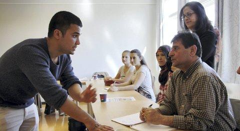 INSPIRERER INNVANDRERE: Afghanske Ali Shuja Mahmudi (22) kom til Norge som 17-åring og søkte asyl. Den unge butikksjefen jobbet målrettet, og har bevist at det er fullt mulig å nå     drømmejobben selv om man starter uten utdannelse og erfaring. Nå deler han suksessoppskriften. Foto: Martha-Lill Nordby Hansen