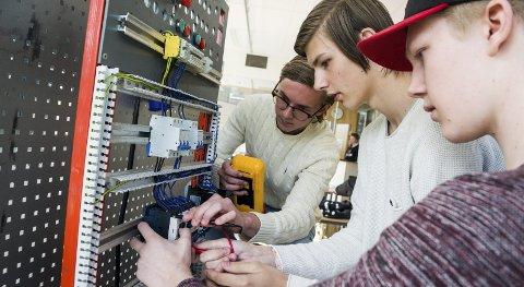 FORBEREDELSER: Tobias Ødegården, Vetle Glomsås og Fredrik Wiker Løvberg øver til elektro eksamen. Til neste uke starter den tverrfaglige eksamenen der gutta skal vise hva de har lært de siste to årene.