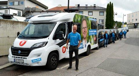 KJØRER PÅ: Stortingsrepresentant Tor André Johnsen (Frp) kjører på for å bli gjenvalgt. En lang kortesje med Frp-biler kom til Elverum i anledning valgkampåpningen mandag.