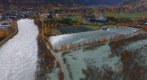 Slik så det ut da flommen nærmet seg idrettsanlegget i oktober i fjor.
