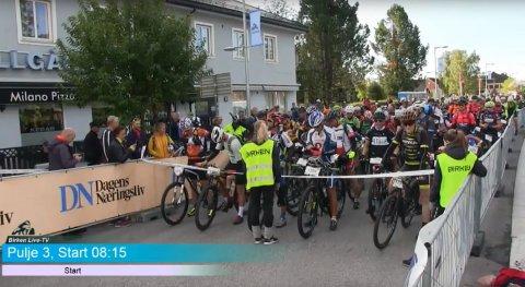 Det er et strålende vær på Rena for syklistene som deltar i Birkebeinerrittet. Her fra starten på Rena lørdag morgen.