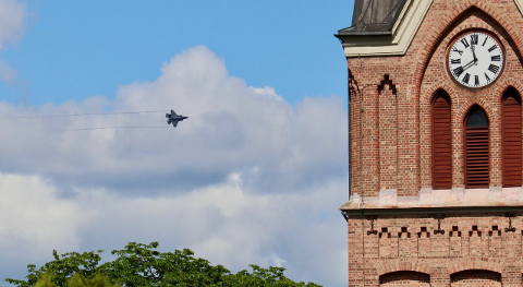 F-35: Fredag kunne det nye jagerflyet sees over Lillehammer i en kort stund. Arild Løkken tok bildet fra hjemme i Hosters gate.