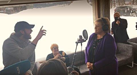 Fredrik dirigerer, mens statsministeren korer.