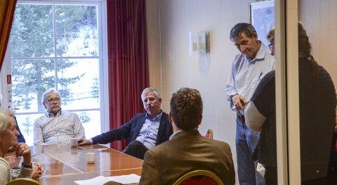 FORSLAG: Varaordfører Gunnar Schulz (Frp, nummer tre fra venstre), Øyvind Kvernvold Myhre (GBL, nummer to fra høyre) og Kristin Swärd (MDG, til høyre) har skrevet under på det nye forslaget. Bildet er fra et gruppemøte på Sanner hotell tidligere i år. ARKIVFOTO