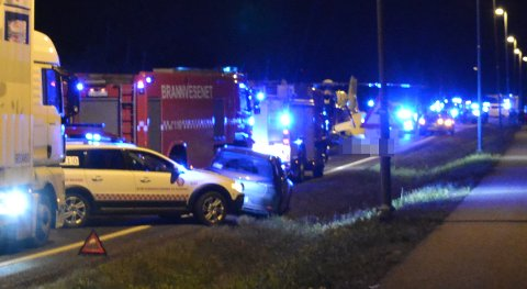 ALVORLIG ULYKKE: Seks personer var involvert i en alvorlig trafikkulykke på E16 i Nannestad torsdag kveld.