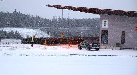 ORDINÆR KONTROLL: Mandag morgen var det ingen ID-kontroll ved den svenske riksgrensa på Svinesund. Det blir det heller ikke til tross for innskjerpete regler i Sverige.