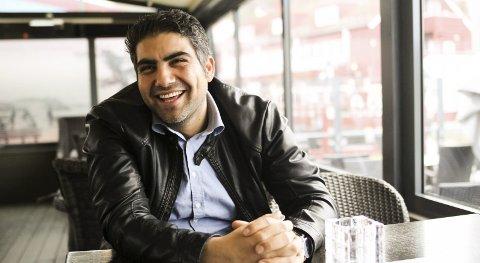 MYE ARBEID: Selim Kocu har for lite fritid som eier av tre restauranter. Han vurderer nå å selge de to restaurantene han driver på gjestehavna. - En mulighet kan også være å få inn en kompanjong, sier han.