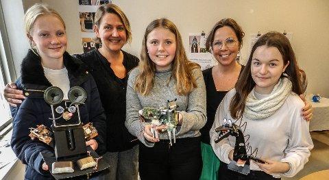 STOLTE: Fra venstre: Helle Kvalheim, Hedi Lie Henriksen (lærer), Ingrid Kristiansen, Elisabeth Johnsen (lærer) og Kinga Pietrow.
