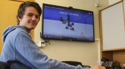 LAGER INSTRUKSJONSVIDEOER: Henrik Selje Bygnes går på Odda ungdomsskole og på fritiden liker han å spille og kan mer om det populære spillet Minecraft enn de fleste. Ved hjelp av YouTube lærer han bort hemmelighetene sine til følgere over verden.