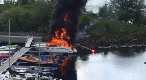 BÅTBRANN: Store flammer og masse røyk sto opp av båten.