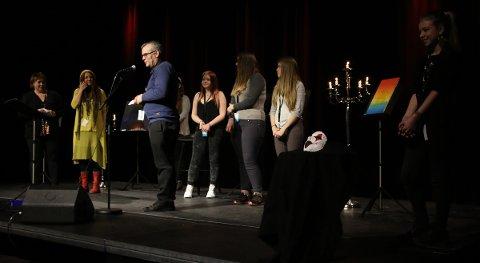 Juryen fikk vinnerne av årets UKM opp på scenen til applaus fra publikum.