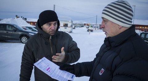 ENGASJERT: Eirik Nilsen  i gruppa Refugees Velcome To Arctic, her avbildet sammen med asylsøker Ibrahim Amjaad i Vestleiren i