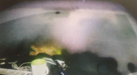 """- NEDISET: """"Dette viser hvor mye frontvinduet var nediset, da vi fikk stoppet mistenkte"""", skriver politiet i sin rapport."""