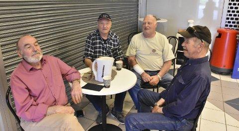 KAFFETÅR: Alf Monsrud (t.v.), Karsten Fossbråten, Tomas Stokkebekk og Asbjørn Smedholen tar en kaffekopp, og synes det er trist med gitter og tomme lokaler.