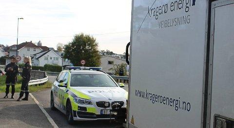 To politibetjenter avhører en ansatt i firmaet som den skadede jobber i. Mannen i 60-årene som ble skadet i en kortslutning i en lyktestolpe i Bambleveien i Langesund, fikk behandling av helsepersonell for mindre brannskader og fikk skyss bort fra ulykkesstedet.