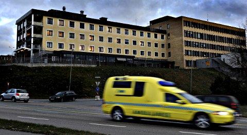 FØDETILBUD: Tilbudet til fødende kvinner i Kongsberg er tilbakevendende debatttema. Nå pågår en disputt mellom Sp og Bunadsgeriljaen på én side - og Kongsberg Høyre og Vestre Viken på den andre. Det handler om fremtidig trygghet for fødende ved lokalsykehuset.