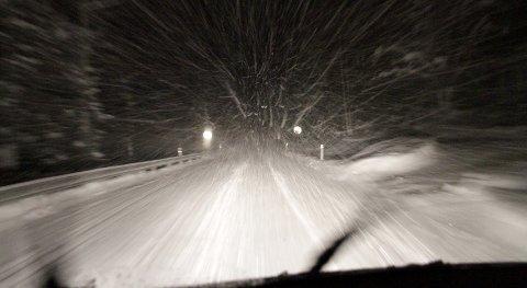Vanskelige kjøreforhold: Det er vanskelige kjøreforhold flere steder. Mandag kveld kjørte en lastebil ut på FV 40. Den ble fjernet tirsdag formiddag. Foto: Lars Bryne