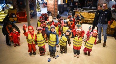 SOM TEMA: Barna fra Kongsberg montessorri barnehage ble med på julegaveaksjon i EnergiMølla. De har hatt dette som tema i barnehagen.