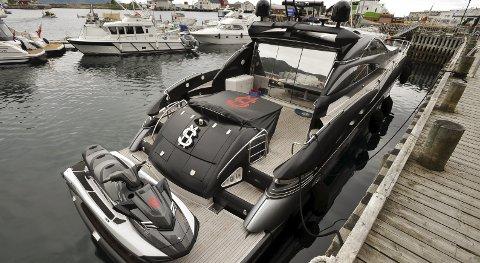 Dollartegn: Sunseeker Predator 75 ved kai i østre havn i Svolvær. Rederen ville ikke ha oppmerksomhet, eller pressefolk ombord i luksus til veldig mange millioner. Foto: Knut Johansen