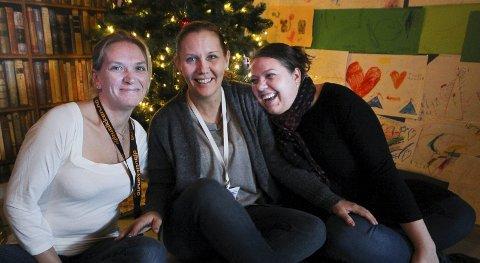 Søker flere givere: «Hjelp oss å hjelpe» sørger for julegaver, mat og klær til vanskeligstilte familier. De har merket at givergleden er litt mindre i år, og frir til folk for å få fylt opp julegaveønskene til distriktets barn. Marita Thon (fra venstre), Cecilie Tønnessen og Cecilie «Cille» Aas Roos bruker all sin fritid på «Hjelp oss å hjelpe». Foto: Silje Waters