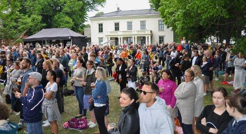 FESTIVAL: Det var godt med folk på plenen foran Galleri F 15 under Lyse Netter-festivalen i sommer.