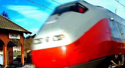 Toget kommer:...ikke uten videre kan «klaske ned» en jernbaneskinne i utrygg grunn på grunn av oppkonstruert hastverk fra partier og organisasjoner som ser en mulighet for å score billige politiske poeng i denne saken, skriver Håvard Jensen.