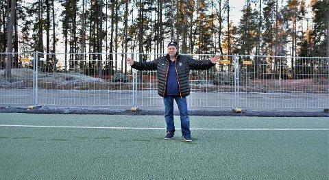 Endelig. Leder i HSV Fotball, Jonny Linus Halvorsen gleder seg stor til at de snart vil få på plass en mobil tribune på Soon Arena med sitteplass til mellom 80 og 100 mennesker. Tribunen skal plasseres i området bak Halvorsen.  Nærmere bestemt på siden mot Grevlingen alpinbakke.